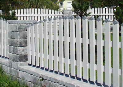 Latten Zaun mit Spitzkappen