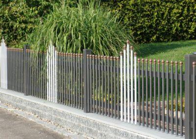 Palisaden Zaun mit Kugelkappen