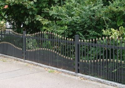 Palisaden Zaun mit Spitzkappen