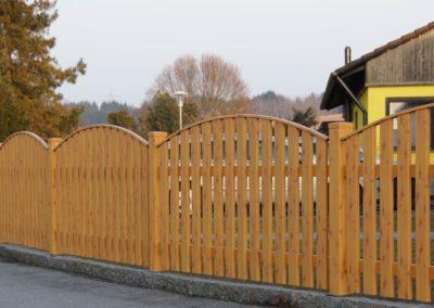Latten Zaun mit Oberkantenleiste
